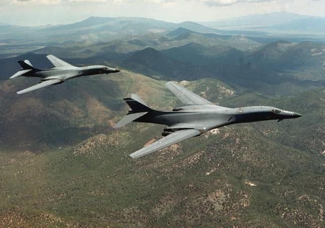 朝鮮半島上空を飛行する米空軍ステルス爆撃機.jpg