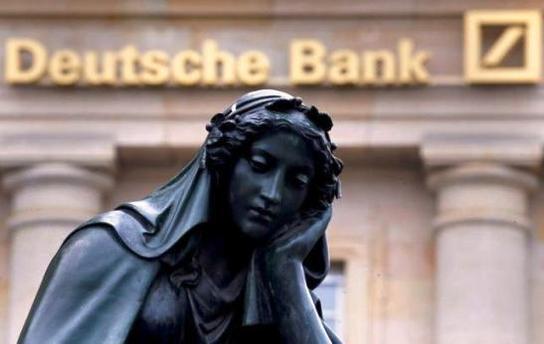 ドイツ銀行前のマリア像.jpg